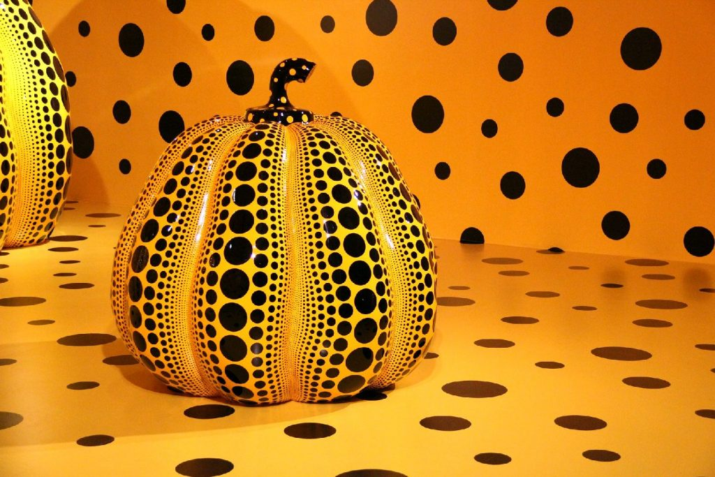 """Life of the Pumpkin Recites, All About the Biggest Love for the People"" par Yayoi Kusama, 2019 ()"